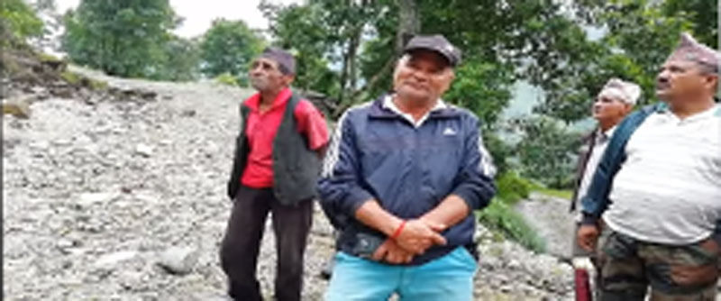 जलजला २ टमिलाखर्क पहिरोको उच्च जोखिममा परेकाले नेकपा पर्वत जिल्ला कमिटी सचिवालय सदस्य लालबहादुर अधिकारी, वडा पदाधिकारीहरुसँग पहिरोको रोकथाम र वस्ती सुरक्षाका बारेका कदर न्यूज का गण्डकी ब्यूरो कृष्णबहादुर काकीले गरेको संवाद