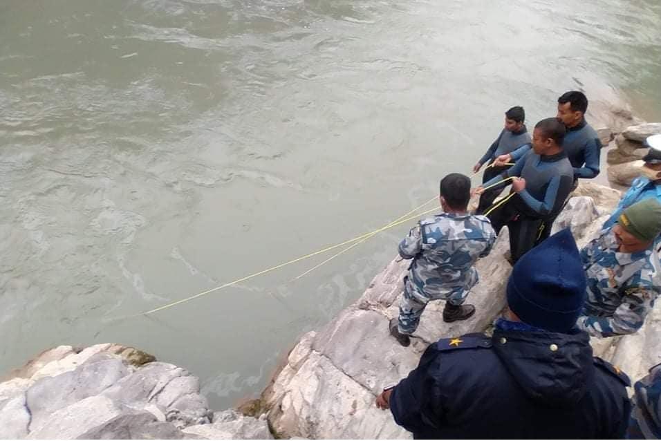 प्युठानबाट बिरामी बोकेर काठमाडौं आउँदै गरेका पिकप भ्यान त्रिशूली नदीमा खस्दा तीन जना बेपत्ता